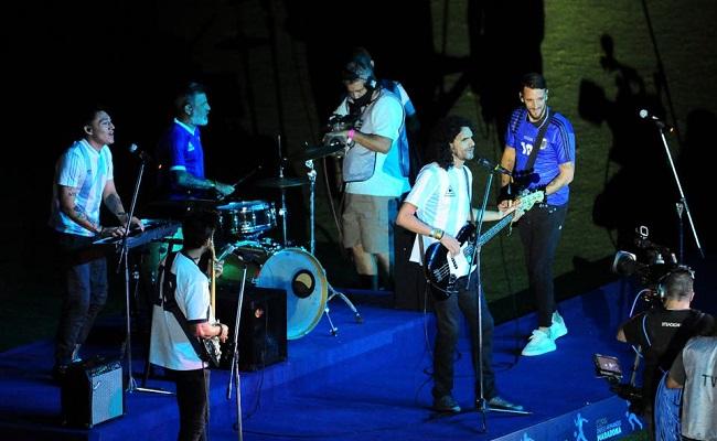 """Una banda de exfutbolistas interpretó """"La Mano de Dios"""" en la previa de la final de la Copa Diego Maradona"""