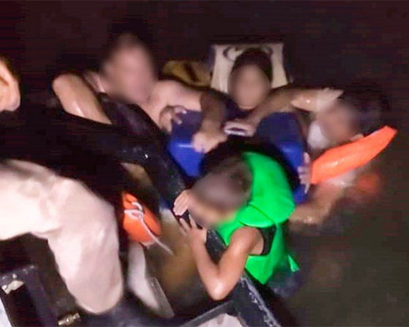 De película: se hundió un catamarán con cinco chicos y se pusieron a cantar para lograr calmarse