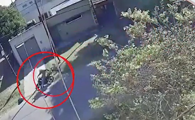 La Plata: Un motochorro arrastró por el pavimento a una mujer para robarle el bolso